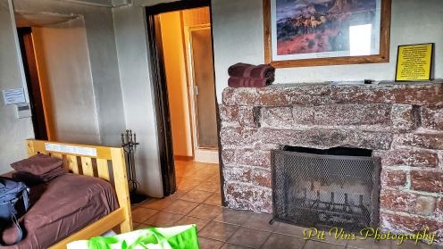 Living-Room w/ Additional Bed and Fireplace