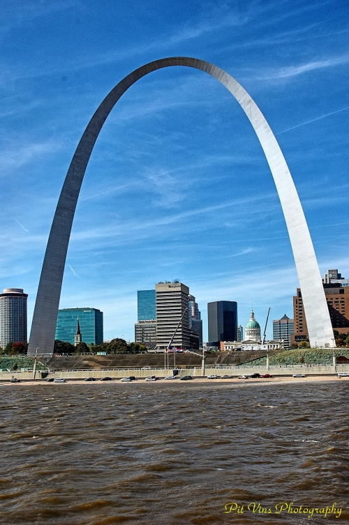St. Louis/MO: Old Courthouse Framed by the Gateway Arch